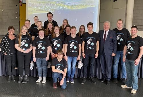 Schülerinnen und Schüler der Projektgruppe am Gymnasium Kreuzau mit Landrat Wolfgang Spelthahn