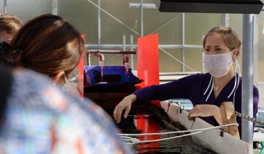 Die Jülicher Algenforscherin Dr. Diana Reinecke-Levi erläutert den Schülern, wie man mit einfachen Mitteln aus dem Baumarkt eine Abwasserreinigungsanlage mit Algen bauen kann. (Bildquelle: FZ Jülich/BioökonomieREVIER)